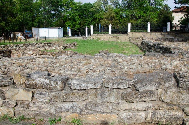 Эту крепостную стену возвели прямо посреди городской магистрали в последний период существования Горгиппии: эта стена город спасти не смогла