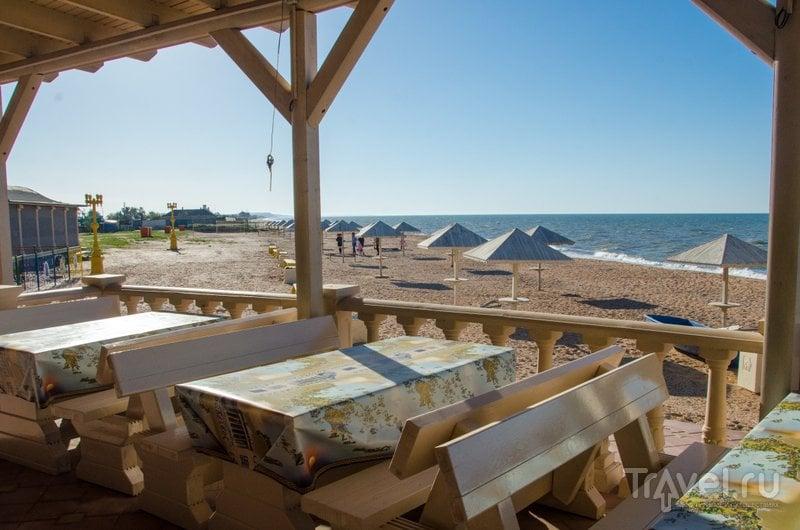 Вид на пляж с террасы столовой