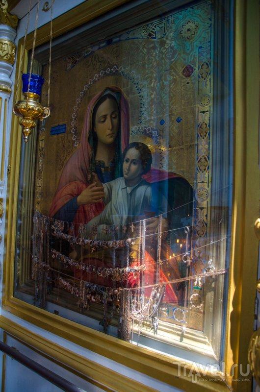 Этой иконе верующие приносят крестики, кольца, цепочки и другие дары