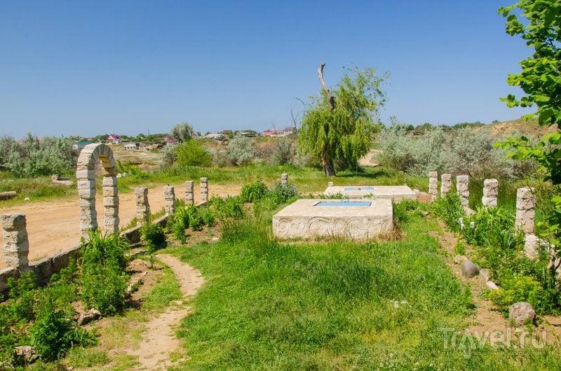 Фонтан находится в центре пустыря, окруженного деревенскими домиками