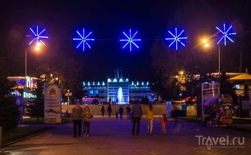 Вид на здание администрации Анапы и фонтан из парка 30-летия Победы