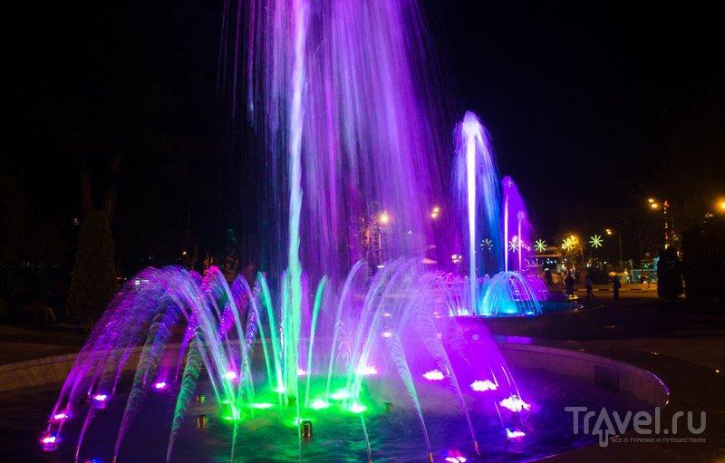Струи воды переливаются всеми цветами радуги