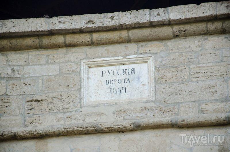 Мемориальная табличка над аркой ворот