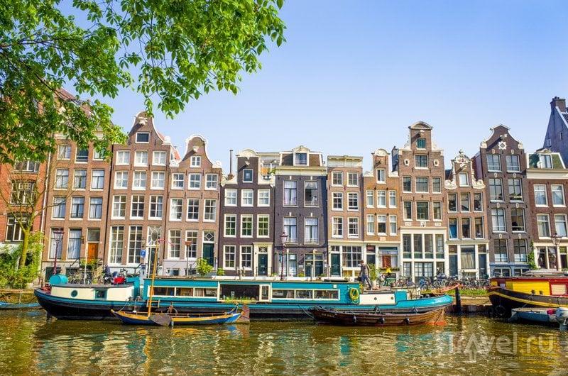 Узкие домики на берегах каналов - узнаваемая черта Амстердама