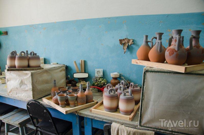 Часть посуды изготавливают вручную, часть отличают по заранее изготовленным мастером формам