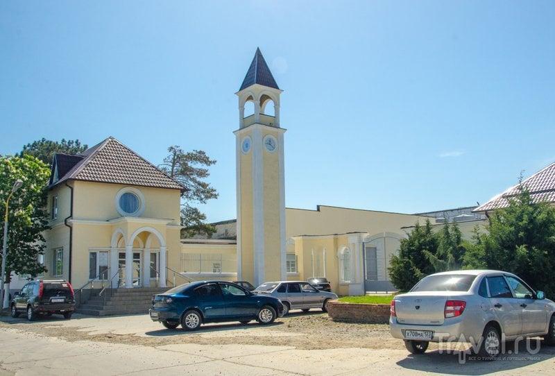 Башня с часами стала символом завода. Слева находится фирменный магазин