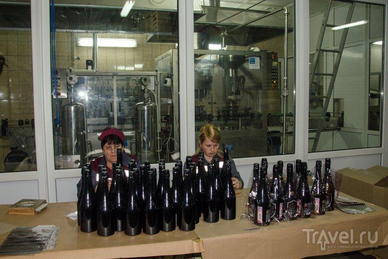 Часть шампанского также оформляют вручную