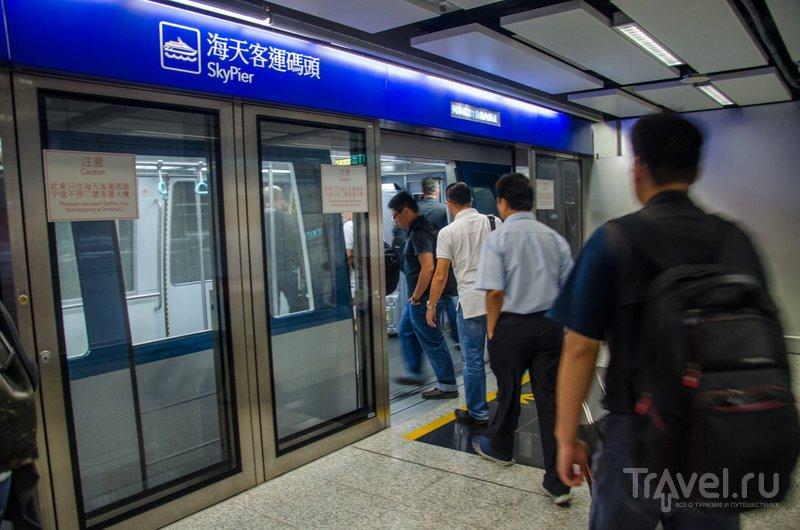 Поезд, который отвозит пассажиров аэропорта на небесный пирс / Фото из Китая