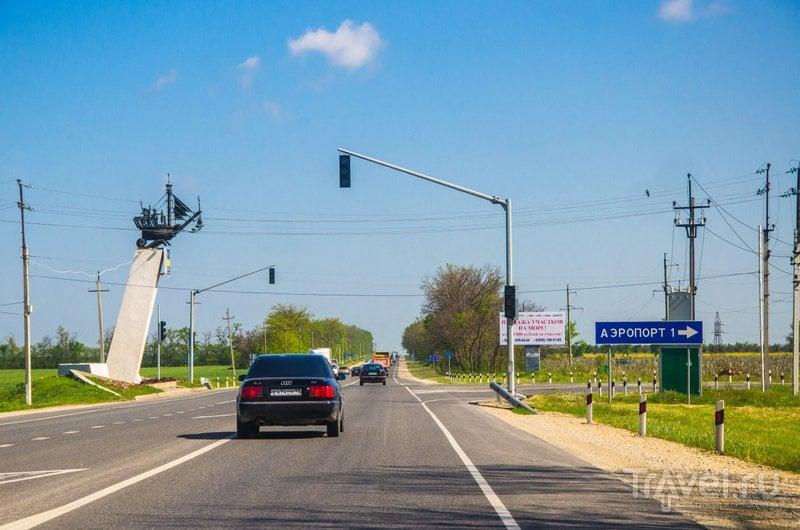 Стела-кораблик указывает направление на аэропорт