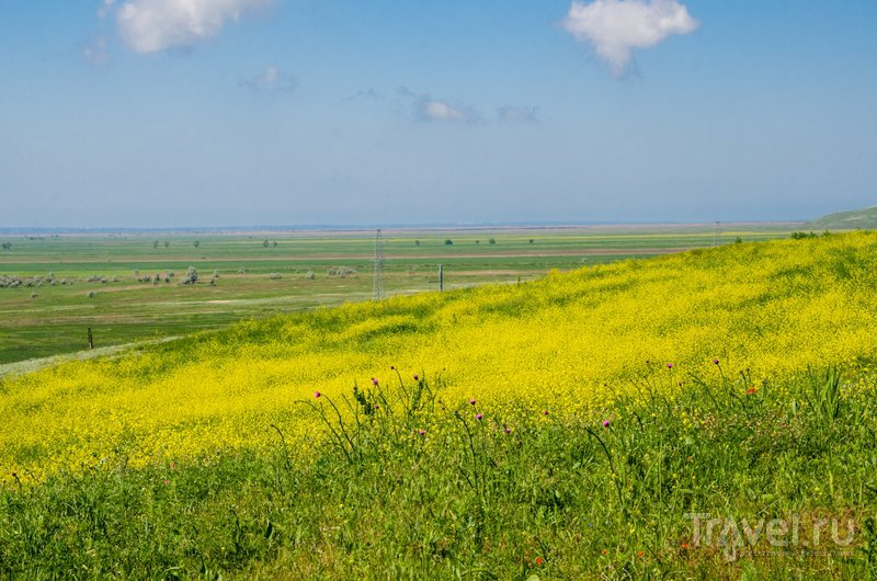 Там вдалеке - Черное море, куда раньше впадал крупнейший рукав Кубани