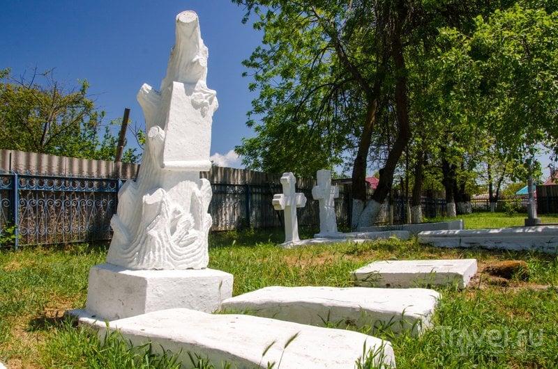 Все надгробия старательно и не один раз побелены и разобрать надписи уже невозможно