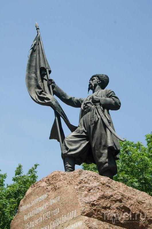 Памятник первым казакам, высадившимся в Тамани