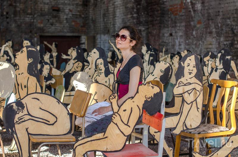Инсталляции уличных художников вовлекают зрителей в игру