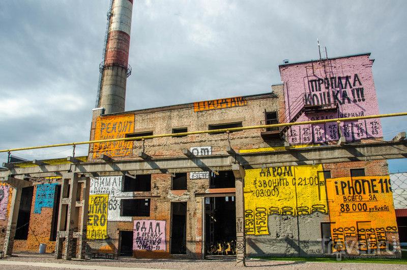 Руинированное здание на территории публичной зоны музея: каждый год стены расписывают заново