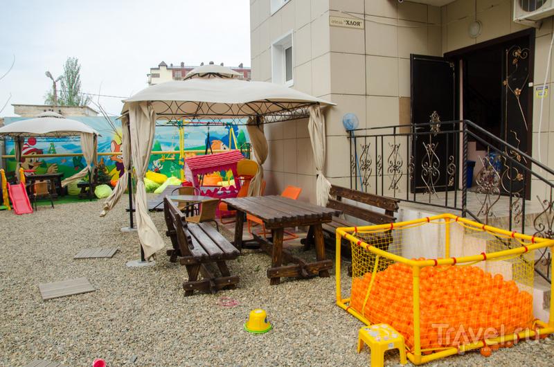 Во дворе отеля есть столики, детская площадка, любимый аттракцион - бассейн с шарами