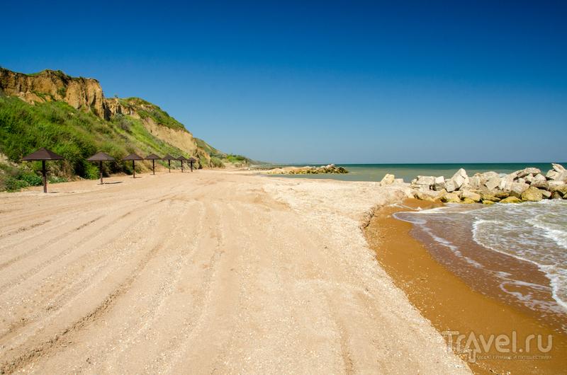 """Пляж пансионата """"Тиздар"""": начало сезона, так что людей еще нет"""