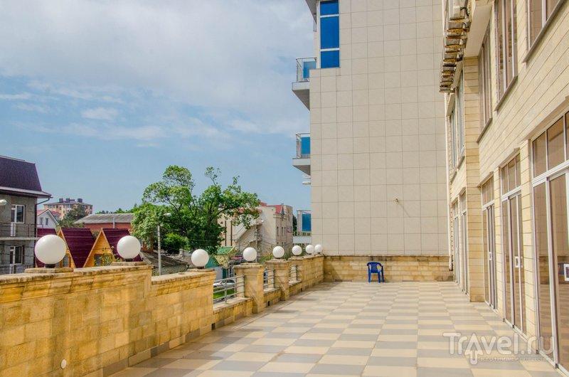 Терраса, которая заменяет балконы в некоторых номерах - в сезон здесь устанавливают столики