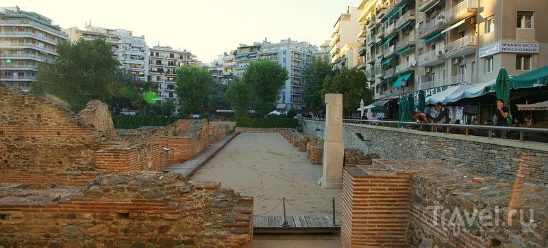 Триумфальная арка, Белая башня и зонтики на набережной / Греция