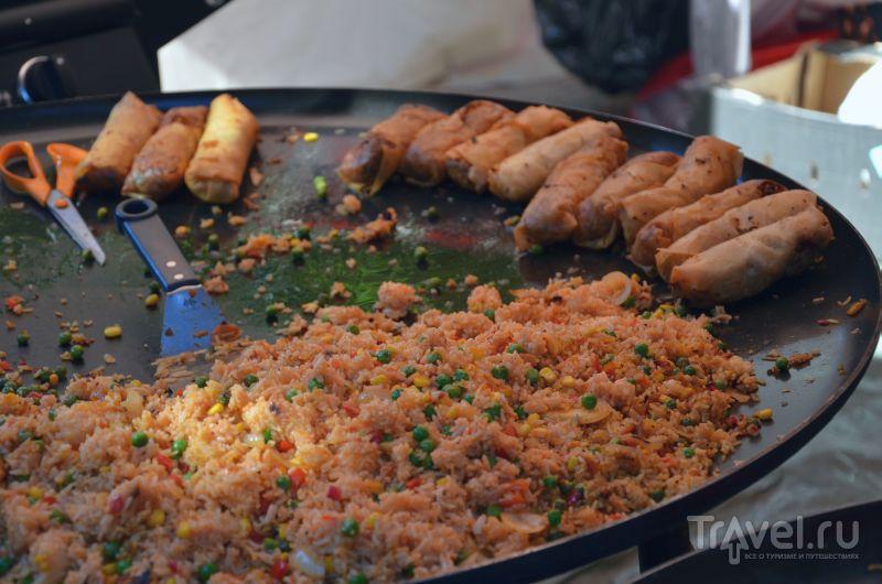 Жаренный рис с овощами и спринг-роллы