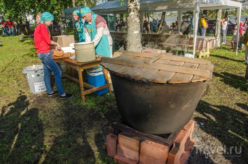В этом с трудоб добытом казане готовится обед для всех гостей Баранова дня / Фото из России
