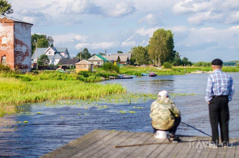 Праздник проходит на берегу Онеги. Рыбаки невозмутимы и во всеобщем веселье не участвуют / Фото из России