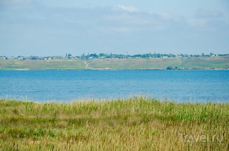 На берегу лимана находится поселок Веселовка (Янтарь)