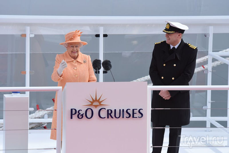 Королева Великобритании Елизавета II и капитан лайнера Britannia