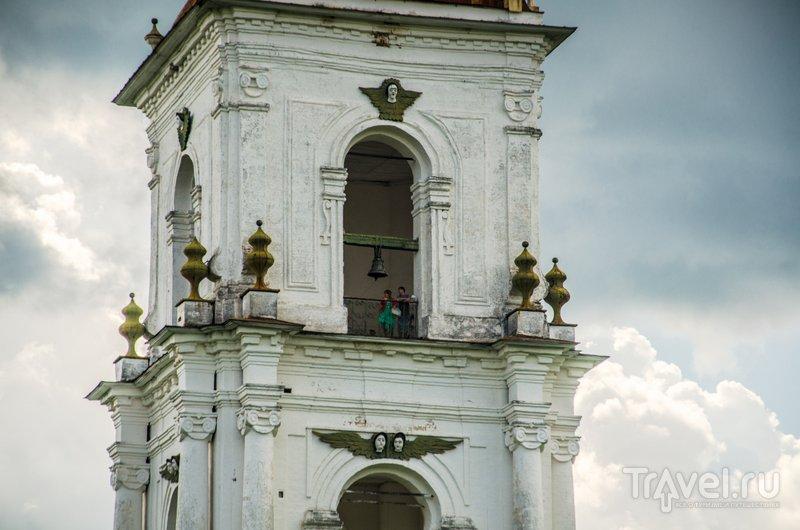 Колокольню украшают деревянные барельефы с ангелочками / Фото из России