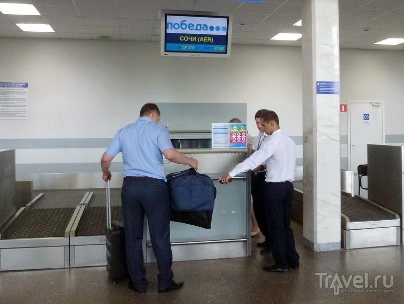 Колесную сумку - бесплатно в багаж,компьютерную и портплед - бесплатно в салон