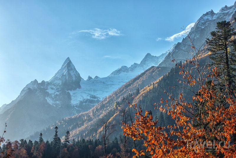 Домбай особенно красив осенью. А в ноябре тут уже можно кататься на лыжах