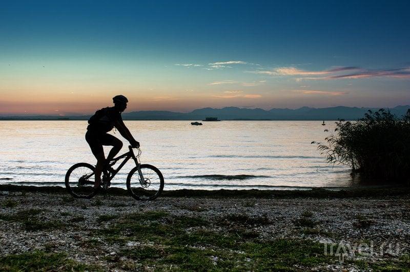 Велосипедист на озере Гарда в Италии