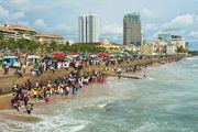 Отдыхающие на пляже в Коломбо / Шри-Ланка