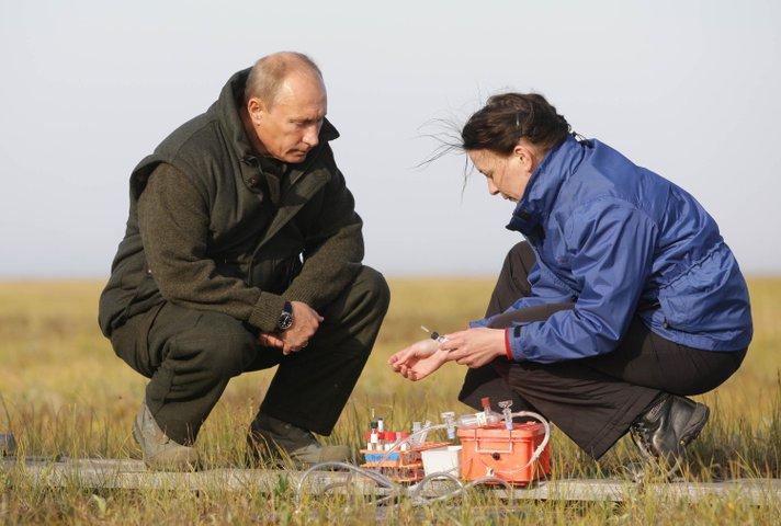 """В.В. Путин и сотрудница экспедиции """"Лена-2010"""""""