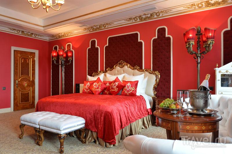 Богатые интерьеры номера в отеле