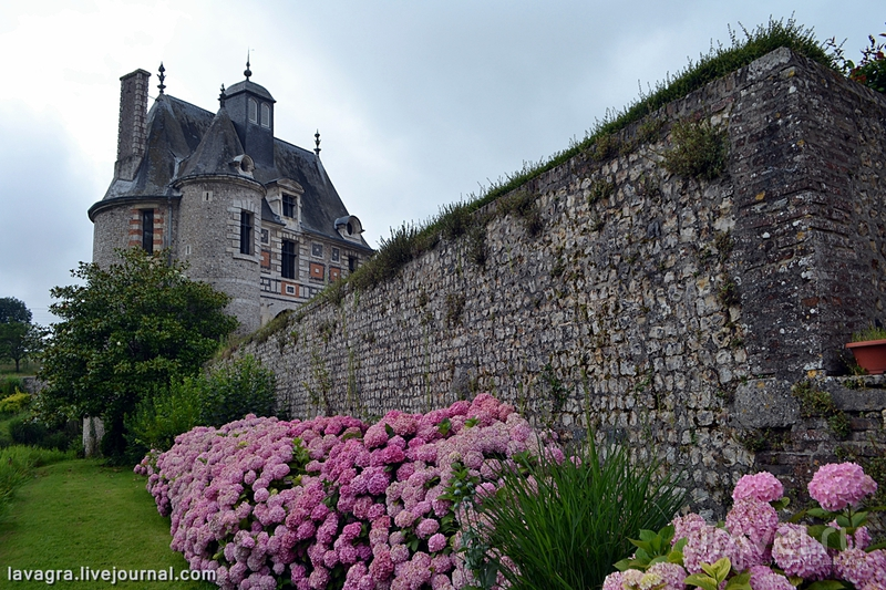 Битва французских провинциальных городов - нормандский Майенн против бретанского Динана / Фото из Франции