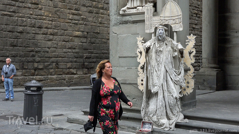 Дворец Уффици. Люди и статуи / Италия