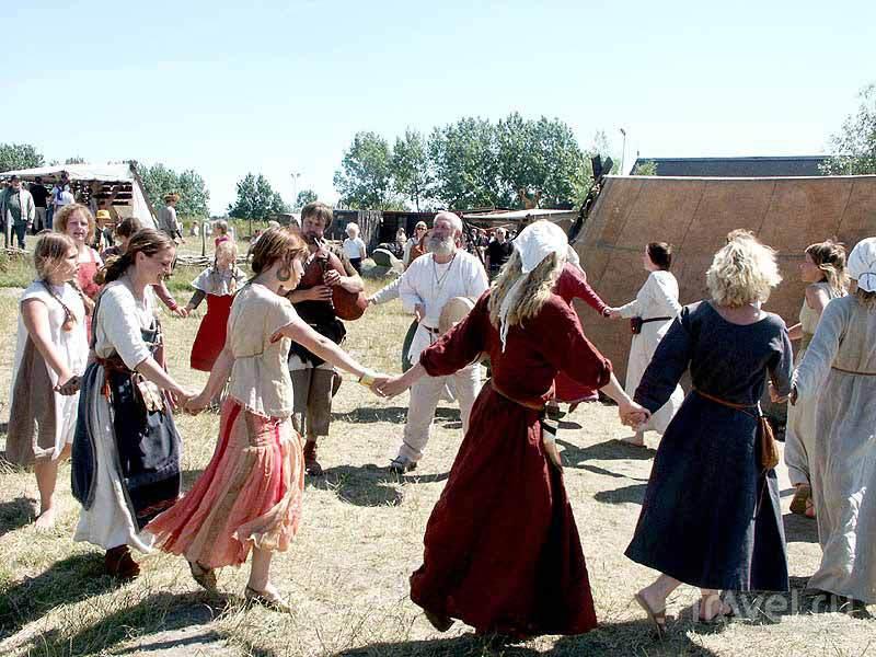 Народные танцы в деревне викингов