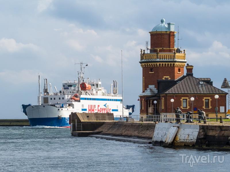 Пассажирский паром входит в гавань Хельсинборга со стороны Дании