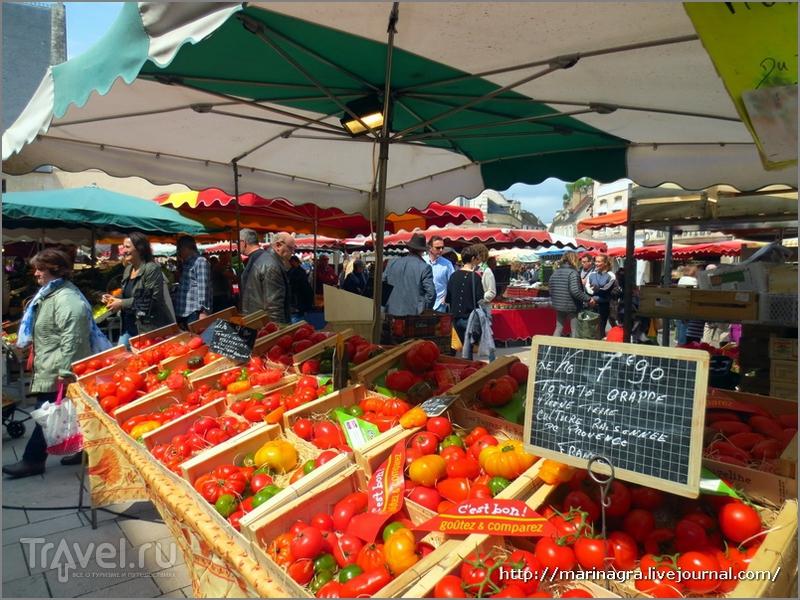 Бургундия, город Бон: субботний рынок у стен богадельни / Франция