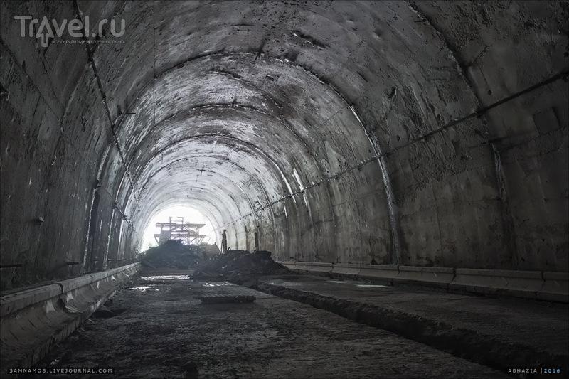 Заброшенный автодорожный тоннель в Гаграх / Абхазия