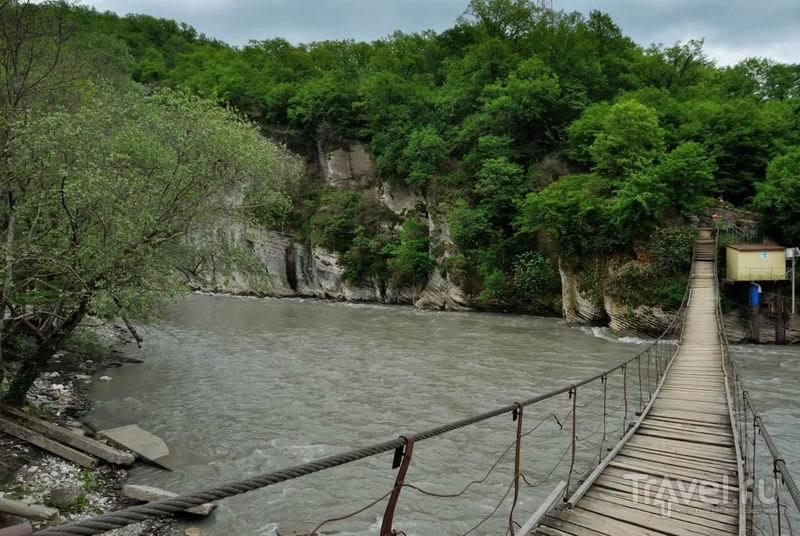 Подвесной мост через реку Мзымту / Россия