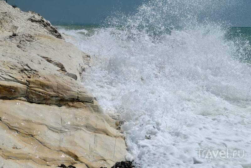 Волны белой пеной разбиваются о белые скалы / Россия