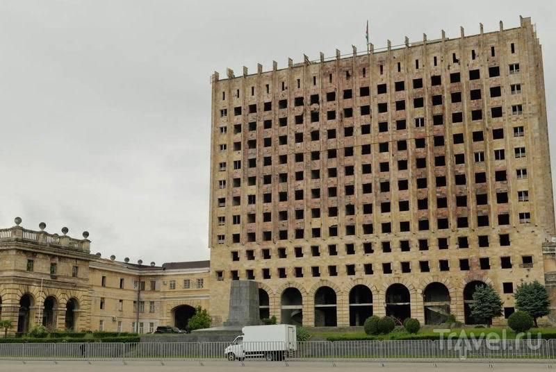 Площадь свободы в Сухуме. Бывший дом правительства / Россия
