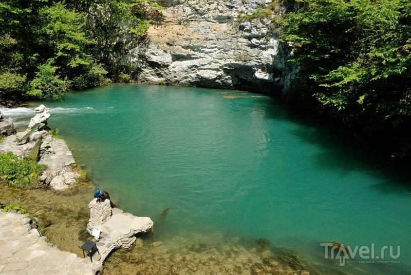 Голубое озеро - одно из самых известных природных аномалий / Россия