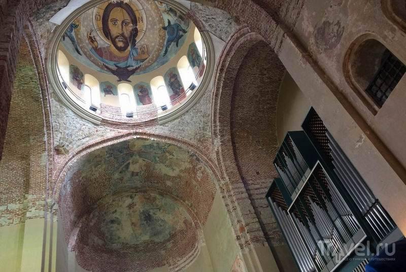Здание собора переоборудовано в концертный зал, хотя фрески остались / Россия