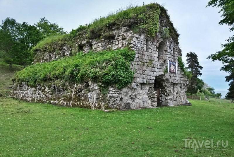 Руины Мюссерского храма на берегу моря / Россия
