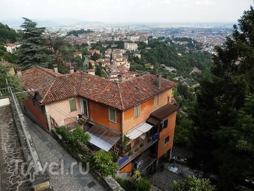 Бергамо - замок San Vigilio и холмы за городом / Италия
