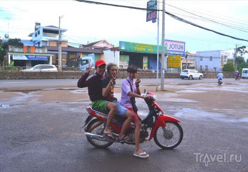 Автозаправка. Вьетнамцы любят фотографироваться, и не против попасть в объектив вашей камеры