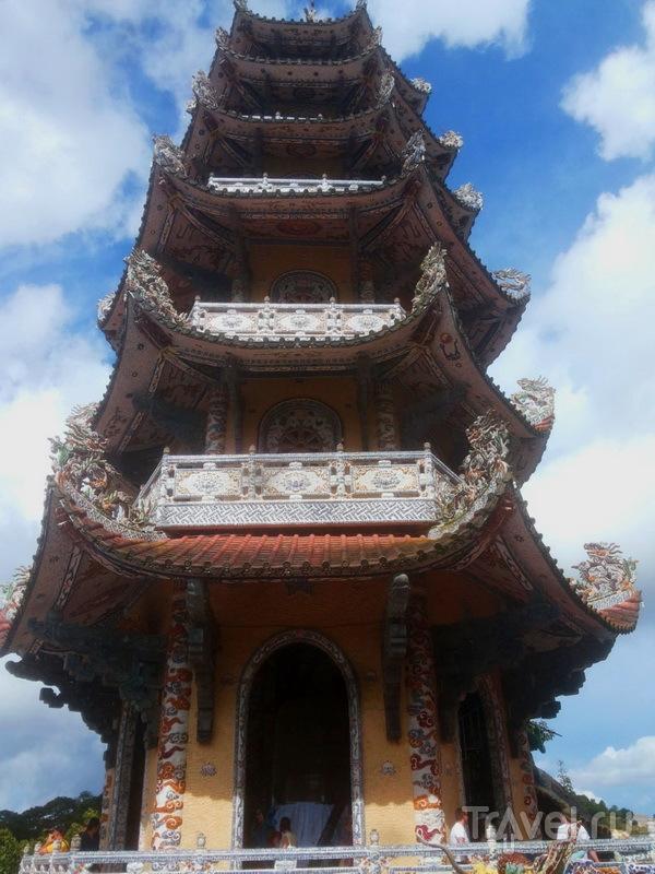 Пагода Линь Фуок, башня с колоколом, исполняющим желания