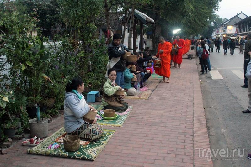 Лаос: Луангпхабанг. Кормление монахов / Лаос